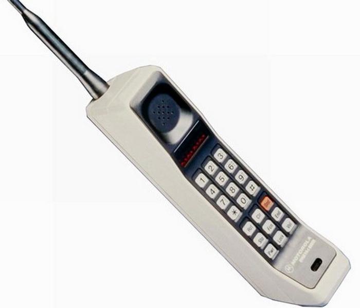 Перший стільниковий телефон Motorola DynaTAC 8000x за ціною $9500. Для порівняння — революційний перший смартфон Apple iPhone коштував в 15 разів менше