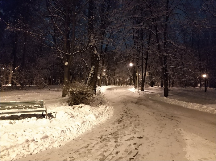 Фото вночі, режим HHT – при недостатньому освітленні камера робить кілька знімків, після чого генерує один знімок з мінімальним рівнем шуму