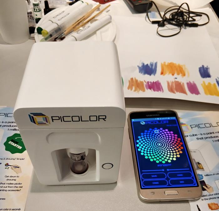Picolor — спочатку в програмному додатку на смартфоні ви обираєте потрібний колір, далі пристрій змішує фарби в потрібній пропорції і видає вам потрібний колір