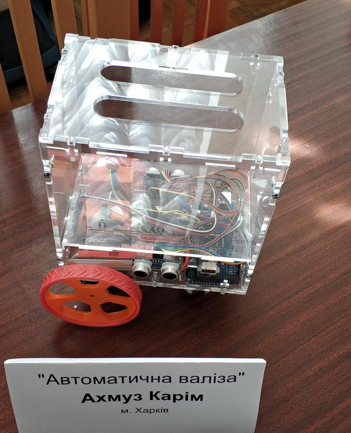 Макет валізи з Bluetooth-трекером, що рухається автоматично за господарем
