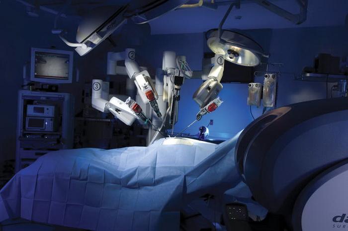 Робот виконує операцію із заміни колінного суглоба
