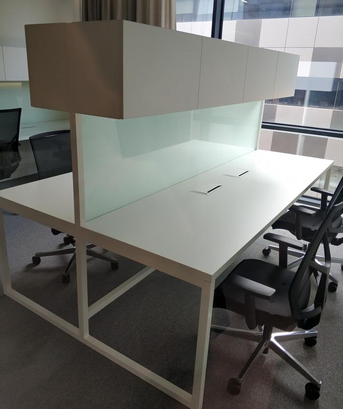 Робочий стіл в коворкінг-просторі розрахований на два робочих місця. Розмір стола передбачає встановлення двох широкоекранних моніторів для кожного робітника