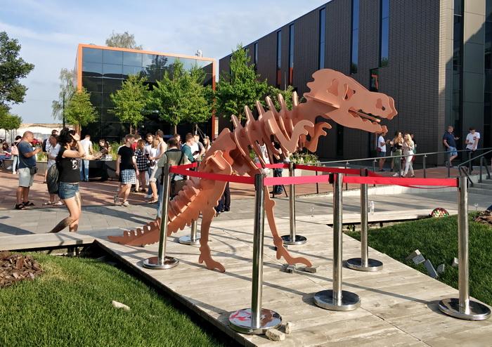 Разом з новим корпусом на території UNIT.City з'явилася нова скульптура — динозавр, що напевно стрімко рухається дорогою інновацій