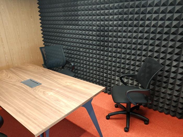 Стіна переговорної кімнати оздоблена поролоном для більш надійної звукоізоляції