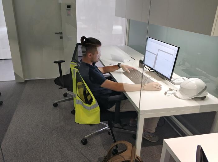 Офісне приміщення для компаній-резидентів. Кожний стіл має індивідуальне регулювання освітлення. Конструкцію меблів створено українською студією дизайну спільно зпредставниками Chasopys.UNIT