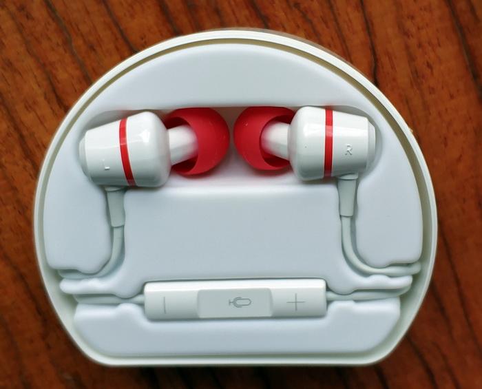 Головна гарнітура містить регулятор гучності та кнопку виклику на дзвінок