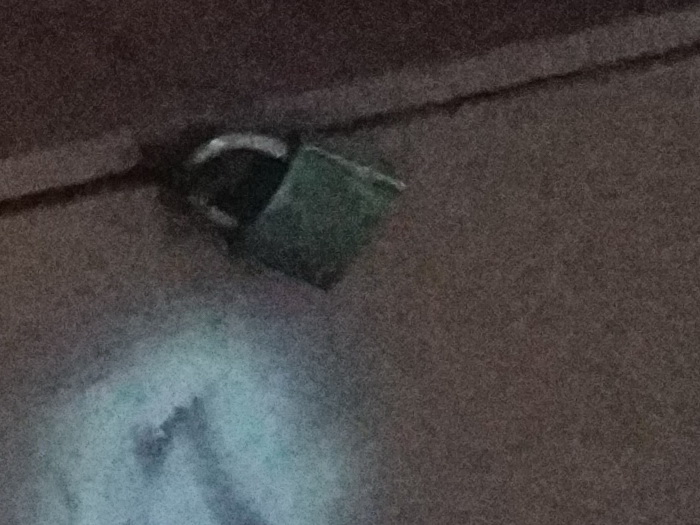 Кроп знімка, зробленого на звичайну камеру в умовах недостатнього освітлення