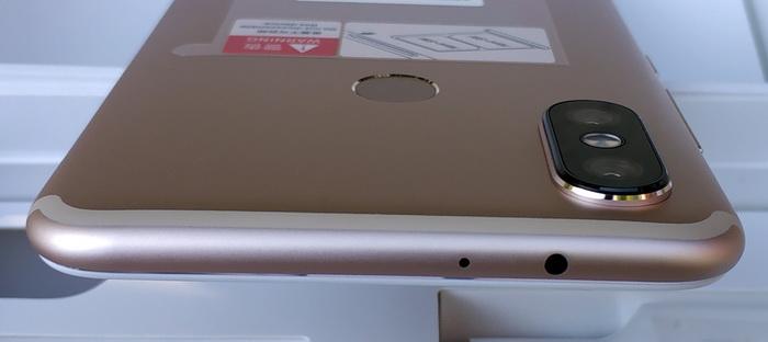 Фотомодуль приблизно на 1 мм здіймається над тильною панеллю смартфона
