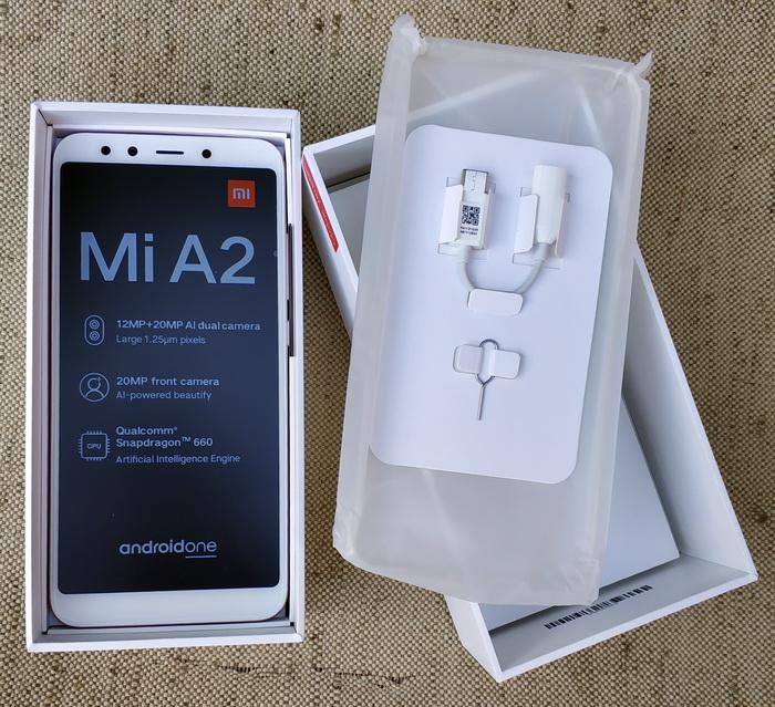 В комплект постачання, окрім самого смартфону, входять булавка для зняття кронштейну під SIM-картки, перехідник USB Type-C – аудіо 3,5 мм, блок живлення, та кабель USB – USBType-C. Будь-які навушники в комплект не входять