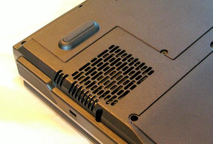 Дуже важливо не перекривати вентиляційні отвори на нижній та боковій панелях лептопу