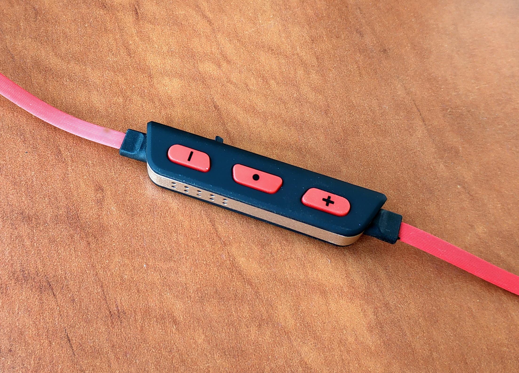 Блок керування має регулятор гучності, який також можна застосувати для переходу з треку на трек, та кнопку прийому/відхилення виклику