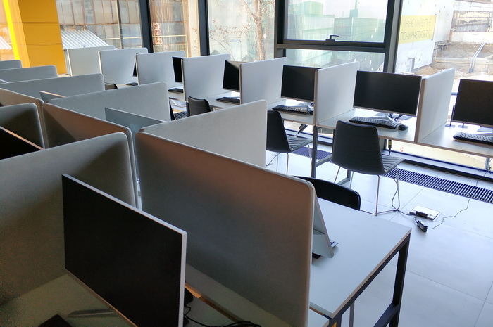 В кваліфікаційний центр людина має зайти без будь-яких речей, навіть без ручки. І звичайно, що без смартфону. Передбачені спеціальні шафи, де можна залишити всі свої речі