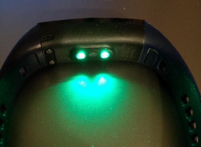 На внутрішній стороні розміщені два світлодіоди та фотосенсор, що ловить відбитий сигнал. Конструкція доволі проста, але дозволяє точно визначити серцевий ритм
