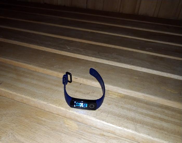 Хоча Honor Band 4 витримав перебування в сауні, виробник не рекомендує піддавати пристрій високим температурам
