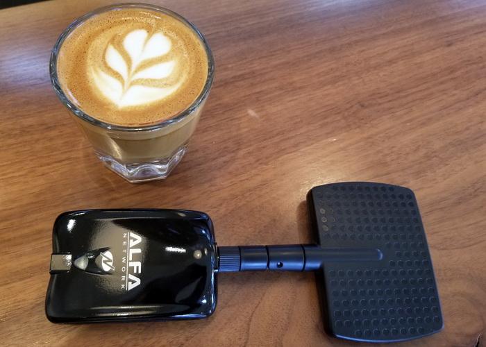 Кава та компрометований Wi-Fi ідеально поєднуються (тут зображено недорогу бездротову USB-карту Alfa, з антеною дальньої дії та високим коефіцієнтом посилення, здатним до пасивного моніторингу)