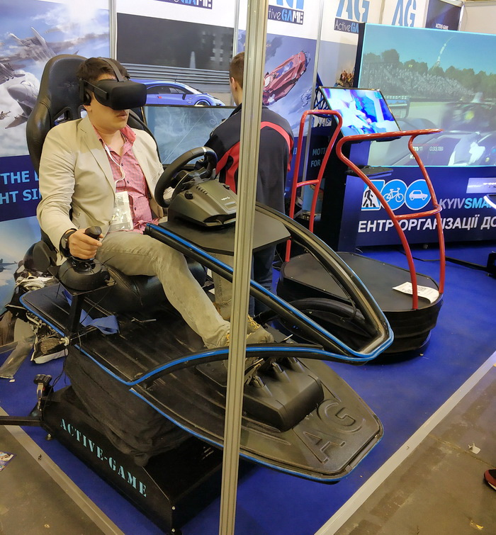 Стартап Active Game, що вже кілька років випускає крісла-симулятори, в цьому році додав стоячу динамічну платформу для ігор-шутерів