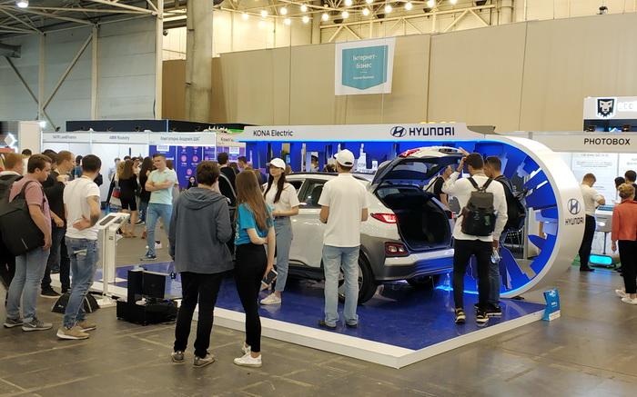Електромобіль Hyundai Kona. Взагалі електромобілі давно демонструються в демозонах iForum і завжди викликають підвищений інтерес