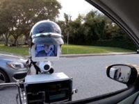 Робот-поліцейський перевіряє документи водія. Відео