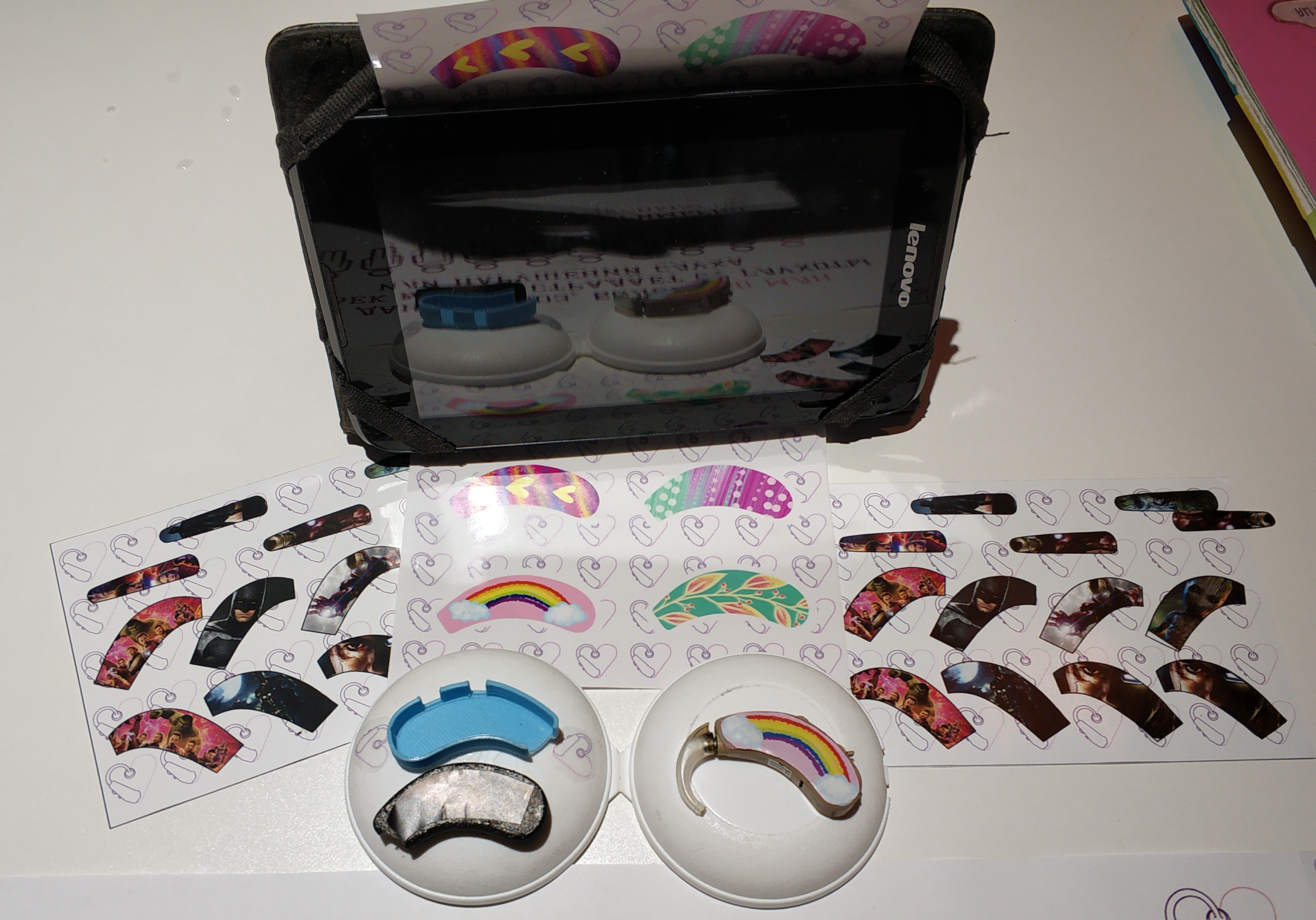 Ці декоративні накладки на слуховий апарат перетворють його у привабливий аксесуар