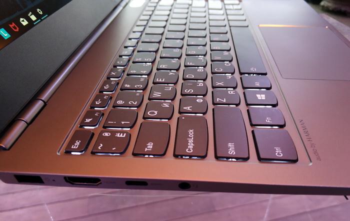Повнорозмірна клавіатура має фонове підсвітлення