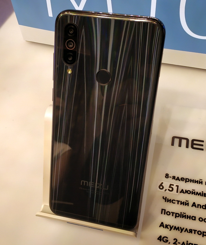 Потрійна камера з основним 13МП фотомодулем є одною з переваг моделі М10