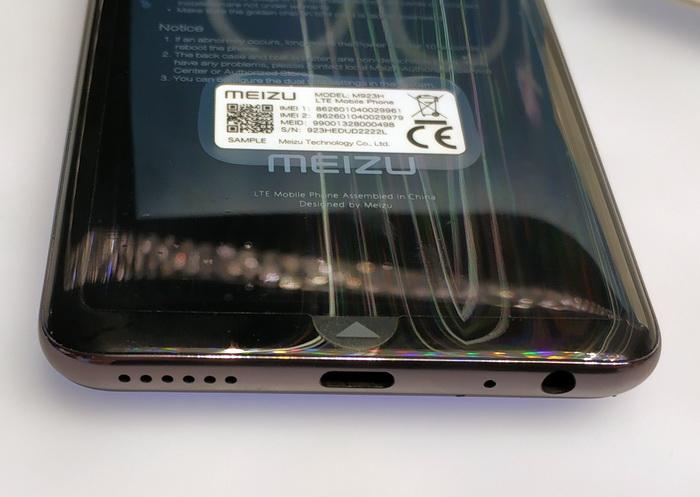 На нижній боковій грані розташовані порт USB Type-C, аудіогніздо та динамік гучномовця