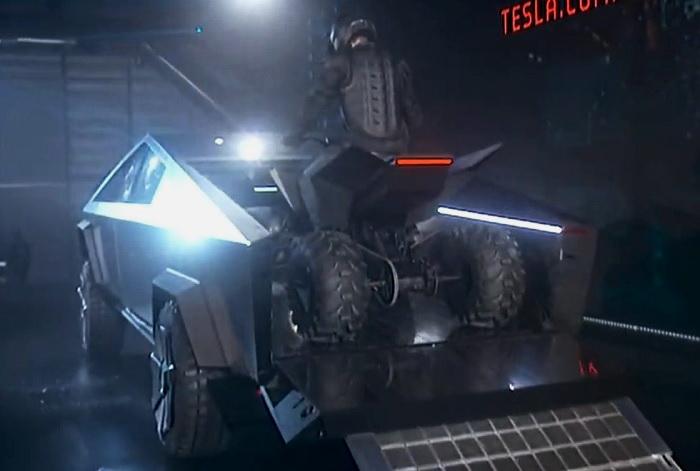 Cyberquad заїжджає в кузов пікапа Cybertruck