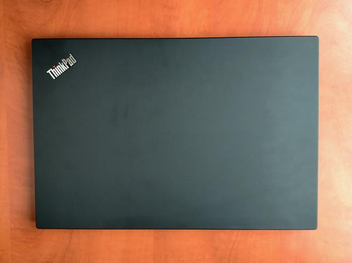 В ThinkPad T590 відсутні будь-які світлодіодні індикатори, окрім червоної LED-точки на зовнішній поверхні кришки ноутбука
