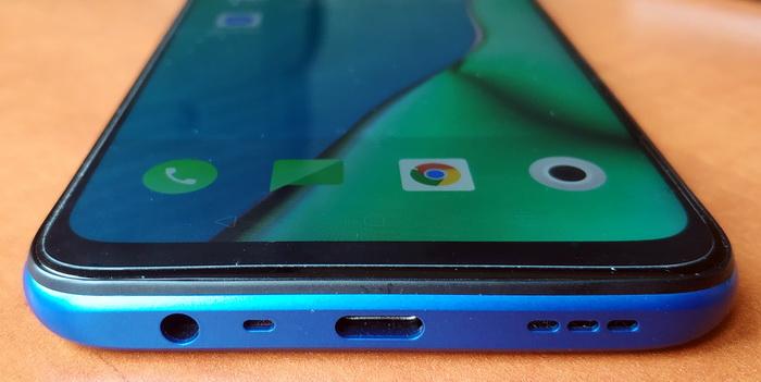 Нижня грань OPPO A9 2020: аудіогніздо 3,5 мм, основний мікрофон, порт USB Type С та гучномовець
