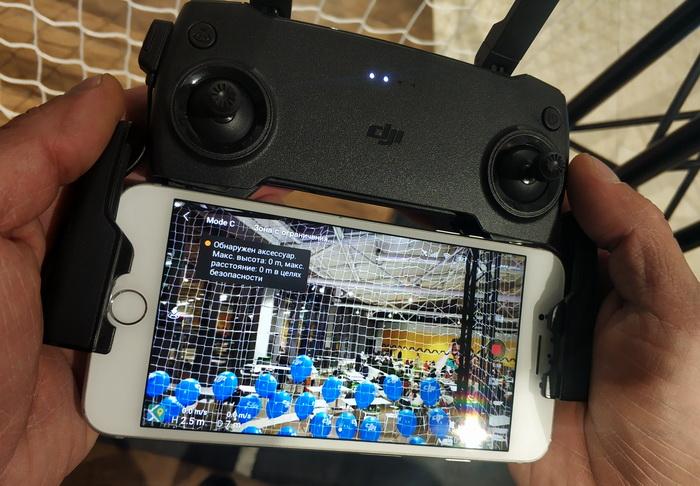 Пульт для керування квадрокоптером з підключенним смартфоном, який виконує, окрім усього, роль дисплея