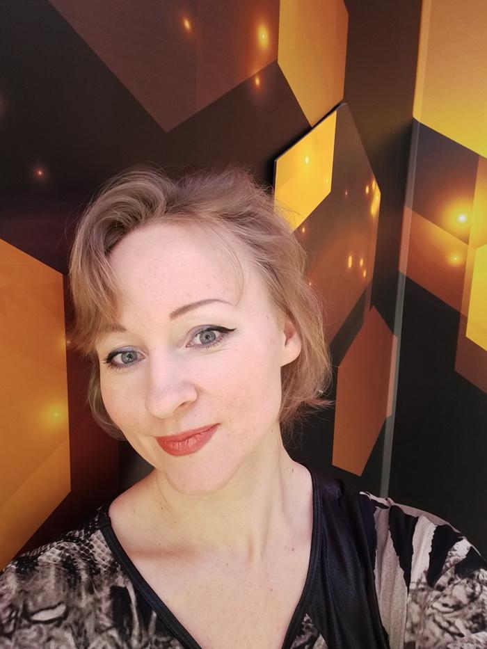 Селфі-знімок, виконаний всередені приміщення при штучному освітленні
