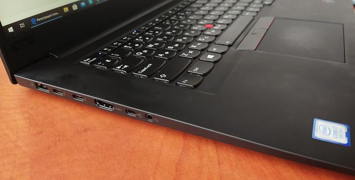 З лівого боку розташовані пропрієтарний конектор живлення Lenovo, два порта USB 3.1 Type C, порт HDMI, гніздо Micro LAN та гніздо для під'єднання головної гарнітури