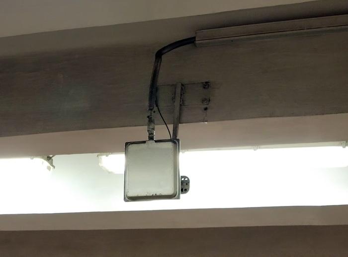 Проект передбачає розміщення всього однієї базової станції на трьох операторів, однак використовується кілька антен, які направлені в різні сторони. В даному випадку одна антена націлена в сторону вестибюлю, друга дивиться в напряму платформи станції.
