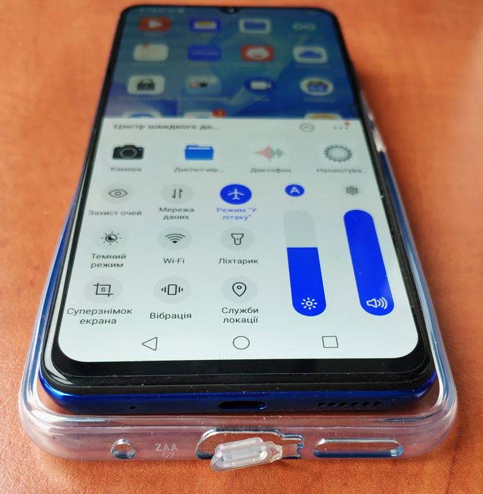 На нижньому торці розташовані роз'єм USB Type-C, динамік і основний мікрофон