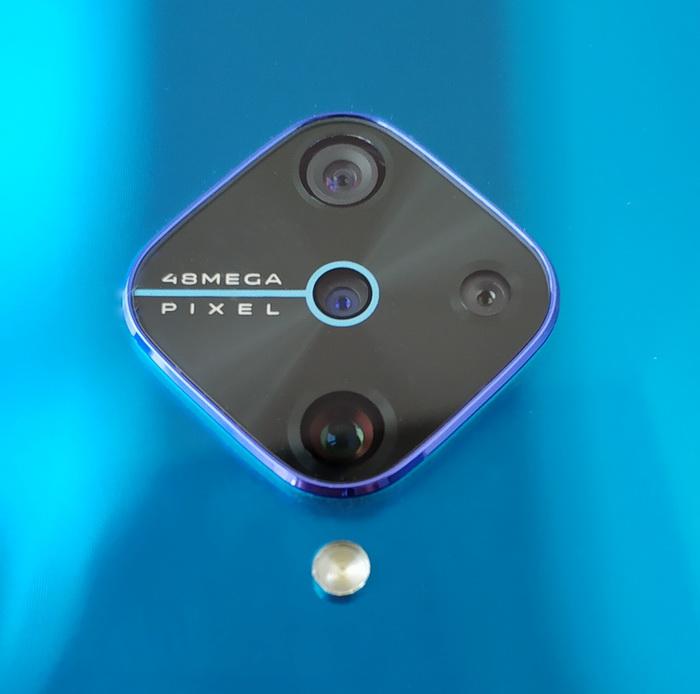 Основна камера розташована внизу, вгорі — ширококутний об'єктив, праворуч — супермакро, а по центру — камера вимірювання глибини різкості
