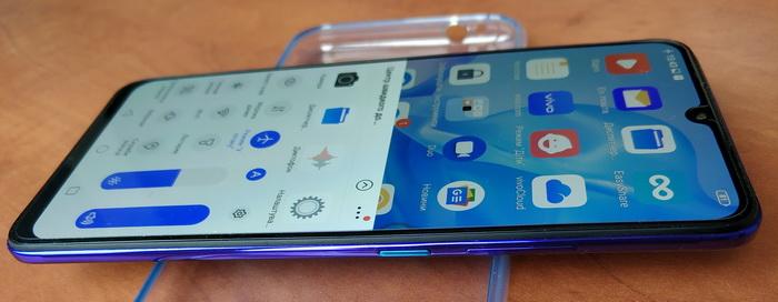 Кнопка вмикання телефону виділяється кольоровим забарвленням, але тактильно вона така ж, як і спарений регулятор гучності